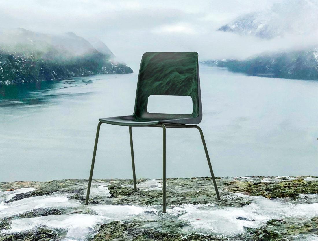 GRØNN DESIGN: Snøhetta har, i samarbeid med møbelprodusenten Nordic Comfort Products AS, utviklet en stol, produsert av plastgranulat fra utrangert tauverk, gjenvunnet på Ottersøy i Nord-Trøndelag. De ble lansert på møbelmessen i Stockholm i februar i år. (Foto: Hilde Sletten Grafisk).