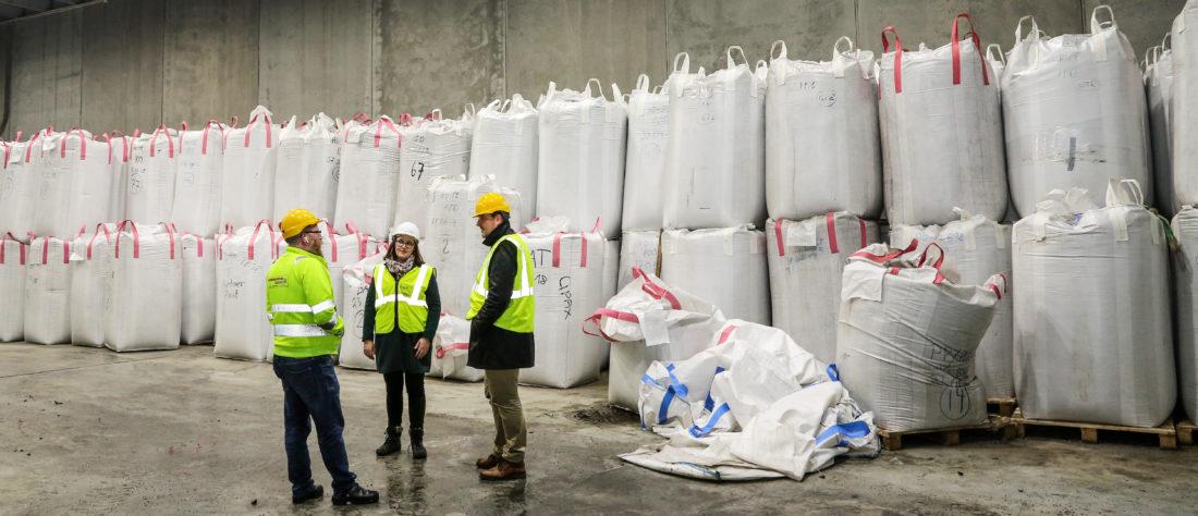 I SEKKER OG SPANN: Tom Richard Hamland og Helene Øyangen Lindberg står sammen med fagsjef i MEF, Sverre Huse-Fagerlie, foran stappfulle sekker med plastgranulat. En full sekk inneholder ca. ett tonn granulat. Per i dag selges ca. 20 % av produksjonen til Norge, mens resten går til Europa. (Foto: Runar F. Daler).