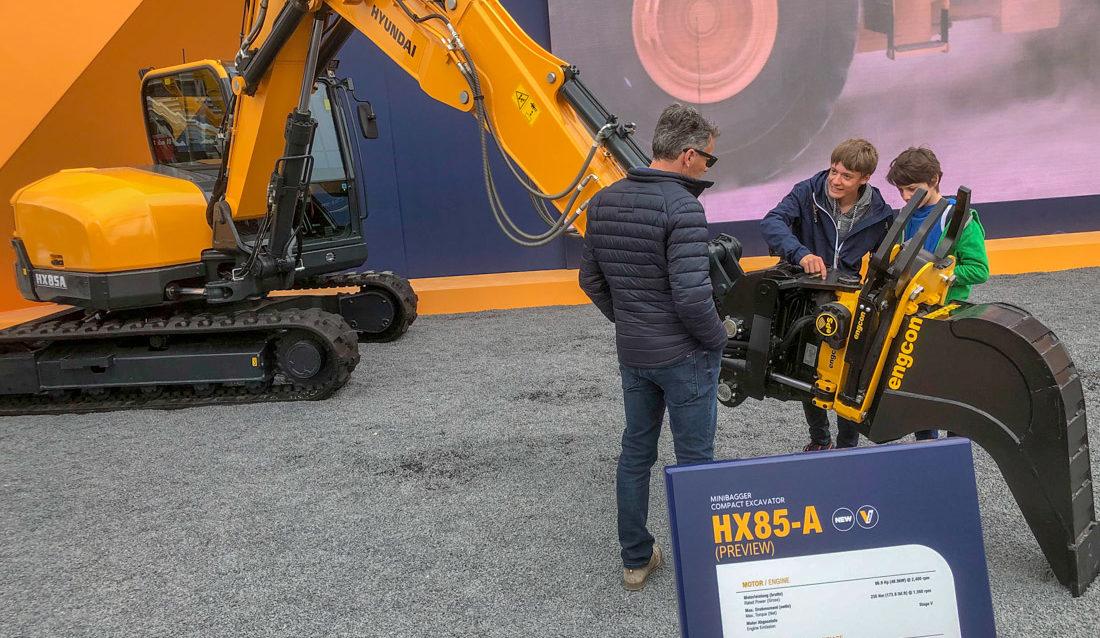 Første Hyundai graver med fabrikkmontert Engcon ble vist på Bauma før påske.