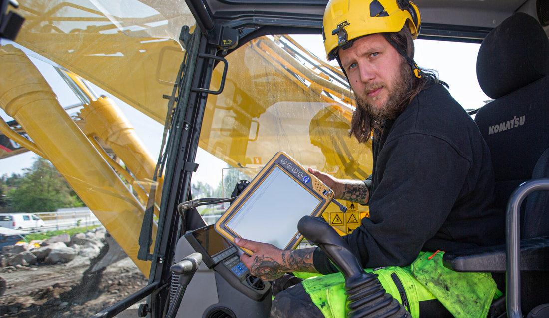 Installatør Inge Morten Gustavsholm fra Mjøsplan AS monterer ny skjerm etter tyveri av maskinstyring.