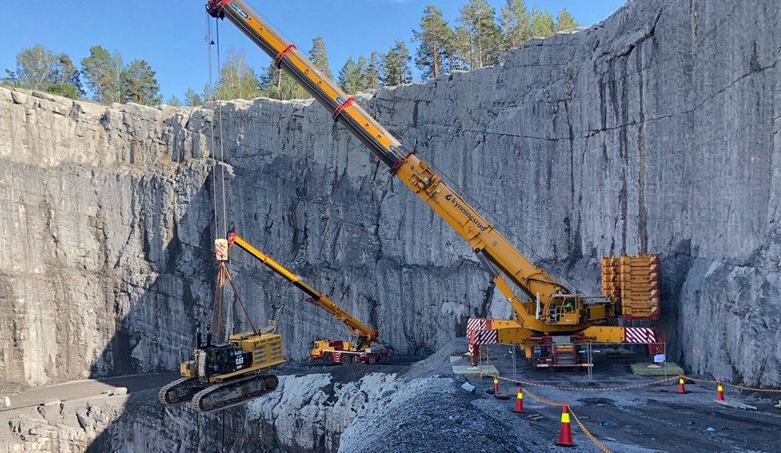 mobilkran løfter stor gravemaskin