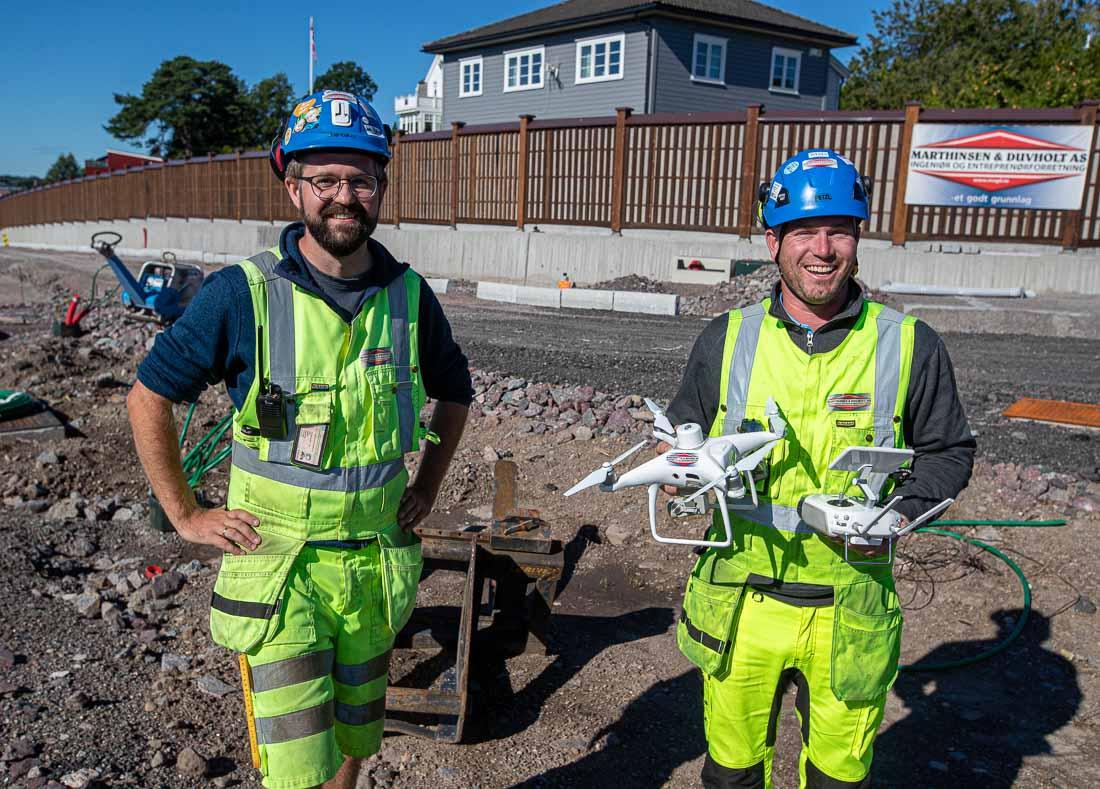 To karer på anlegg med drone