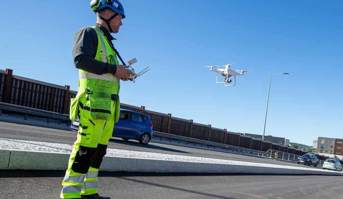 Landmåler flyr drone