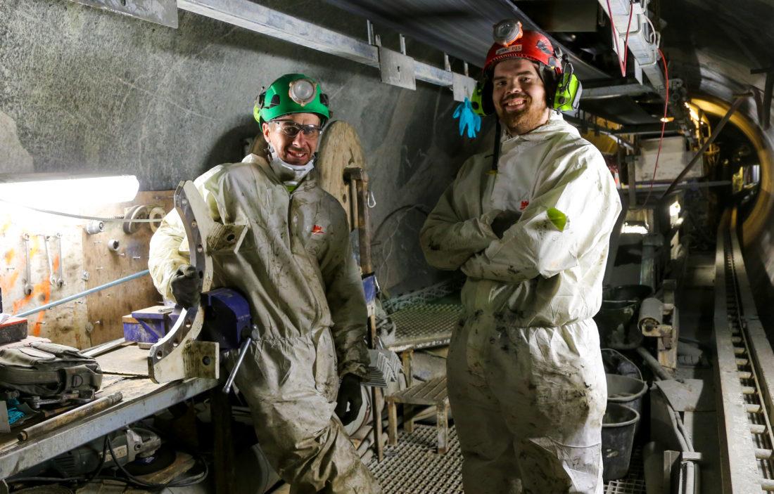 I en av TBM-vognene dukker det opp to småbleke menn i hvite drakter. Det viser seg å være mekaniker Christopher Alsford og elektriker Olav Meyer Torstveit, som utfører vedlikeholdsarbeider på dette 12-timersskiftet.