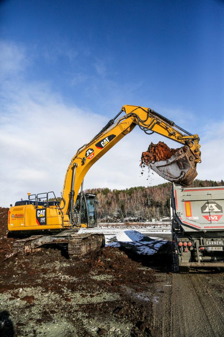 18 lastebiler går i skytteltrafikk mellom Lensmyra og steinbruddene hver eneste dag. Hver bil fylles opp med 25 kubikk jord- og myrmasser. (Foto: Runar F. Daler).