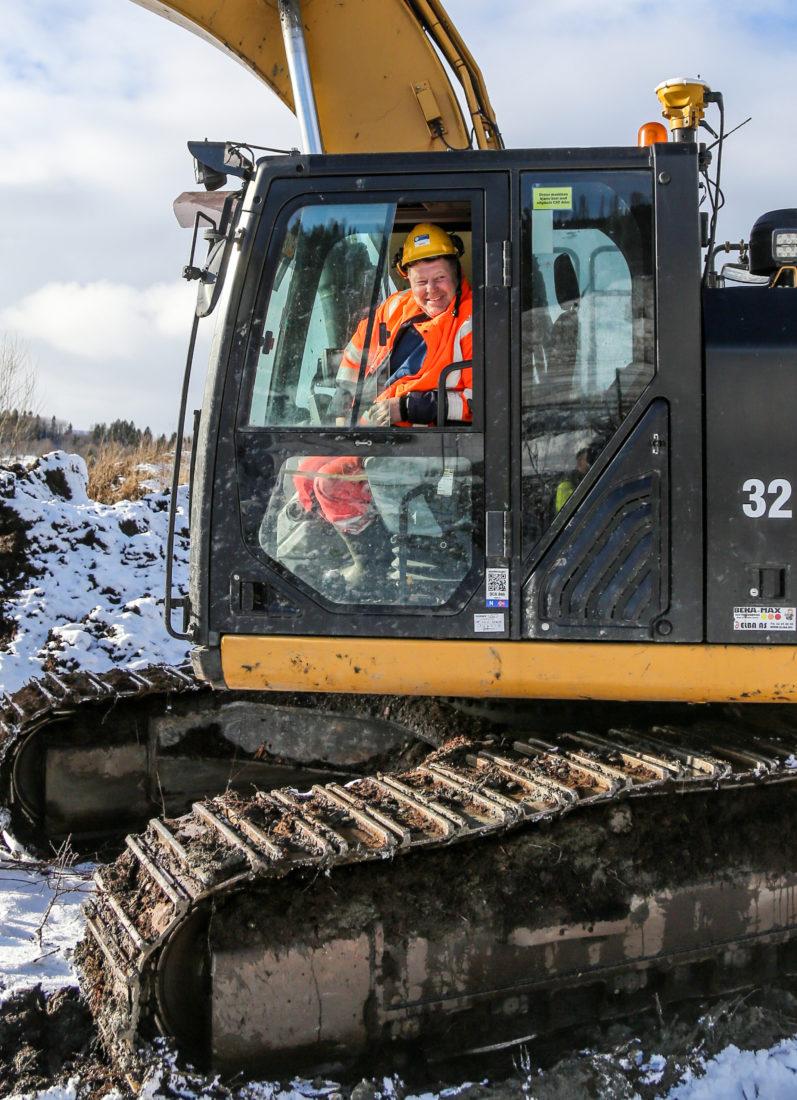 Daglig leder Eskil Austad i Austad Maskinstasjon AS, som gjerne tar noen timer i gravemaskinen, mener massehåndteringen på prosjektet er bortimot optimal. – Det kunne jo vært enda kortere avstand mellom næringsparken og deponiene, men når det gjelder både dieselforbruk og miljøutslipp er jo dette den absolutt beste måten å gjøre det på, sier han. (Foto: Runar F. Daler).