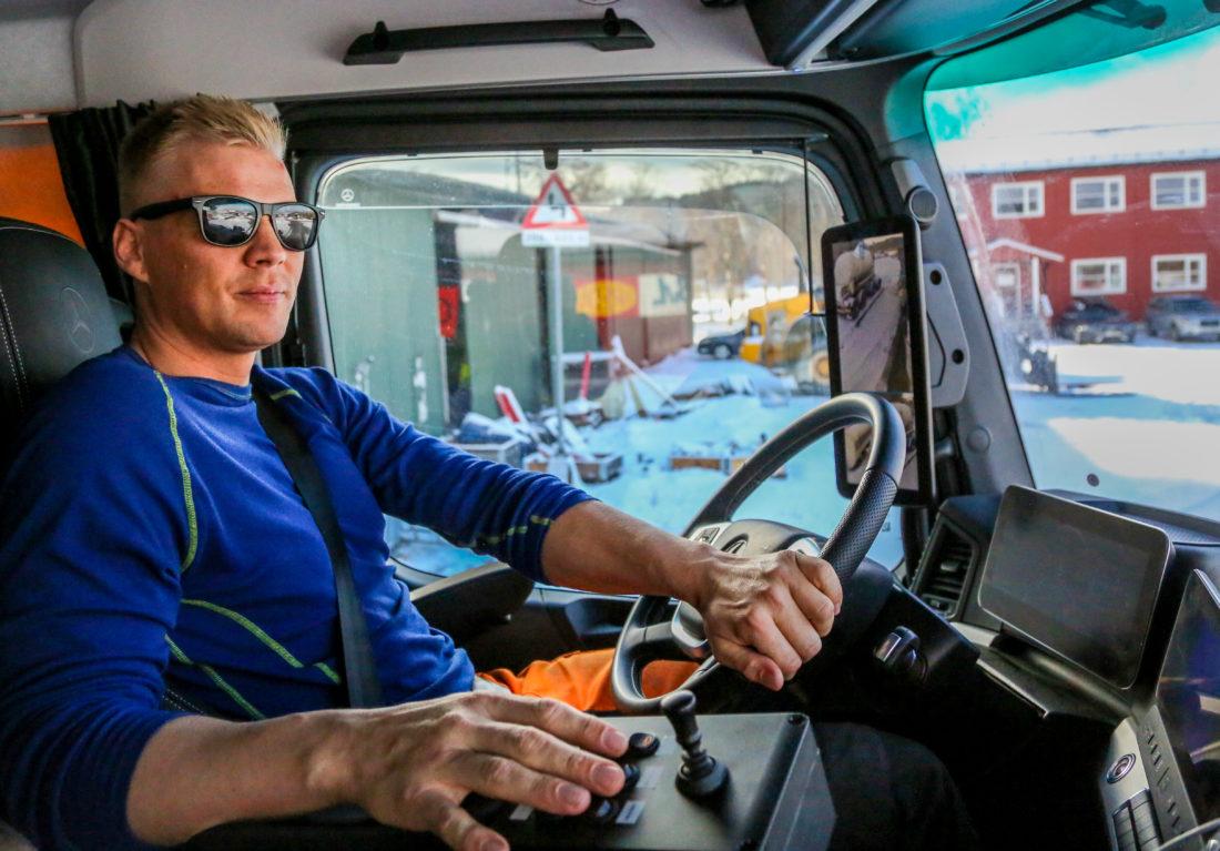 Lastebilsjåfør Kenneth Østnes i Austad Maskinstasjon trives svært godt i sin nye Mercedes Arocs. Spesielt fornøyd er han med «mirrorcam» i stedet for vanlig sidespeil. (Foto: Runar F. Daler).