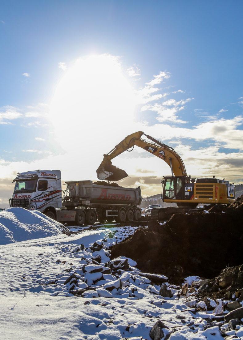 Spaden ble stukket i jorda 12. januar i år, og i mai 2022 skal de første 100 målene være ferdig asfaltert. Men allerede høsten 2021 skal det være klart for å sette i gang byggingen av næringsarealer. (Foto: Runar F. Daler).