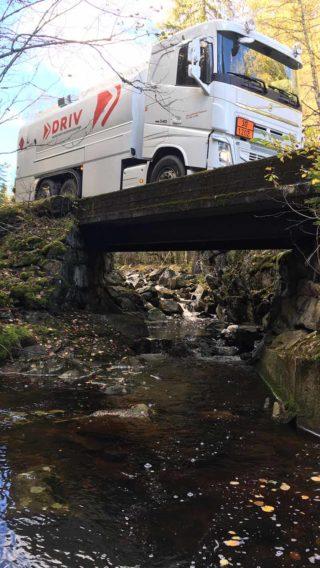 tankbil fra DRIV energi kjører over bro