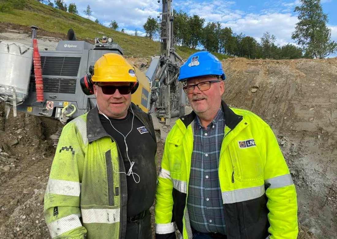 To arbeidsfolk i gule klær
