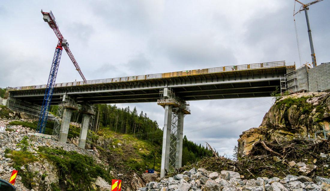 BROBYGGING: Utbyggingen omfatter blant annet to store broer. Dette er den 130-meter lange Ramsdalsbrua. (Foto: Runar F. Daler).