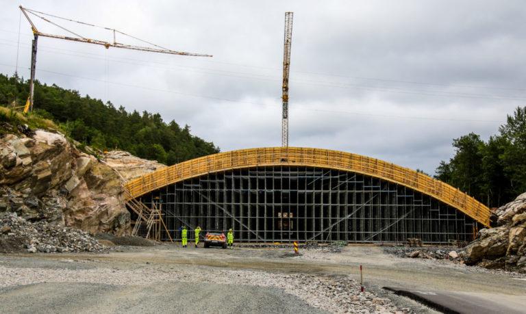 HELT VILT: Det etableres både viltovergang og -undergang på prosjektet. Denne viltovergangen er 42 meter lang og har et spenn på hele 40 meter. (Foto: Runar F. Daler).