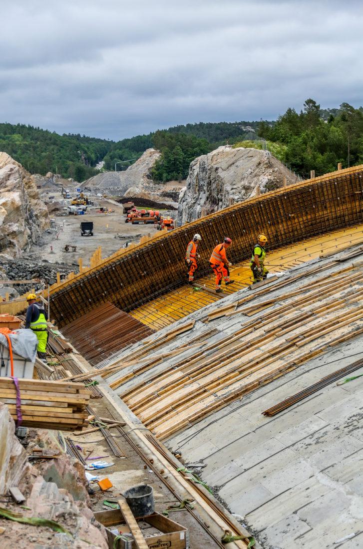 MASSIVT: Betongkonstruksjonen i viltovergangen er 80 cm tykk over hele spennet. Totalt går det med 4500 kubikkmeter betong. Mur i Sør utfører selve betongarbeidene som en underentreprise. (Foto: Runar F. Daler).