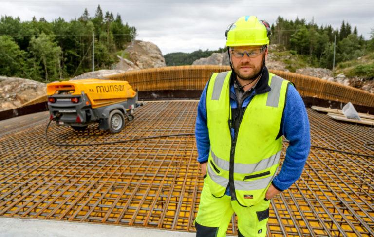 SOLID: – Viltovergangen krever voldsomme fundamenter, på grunn av lite og dårlig fjell på sidene, forteller produksjonsleder i Hæhre, Olav Gunnar Tveiten. (Foto: Runar F. Daler).