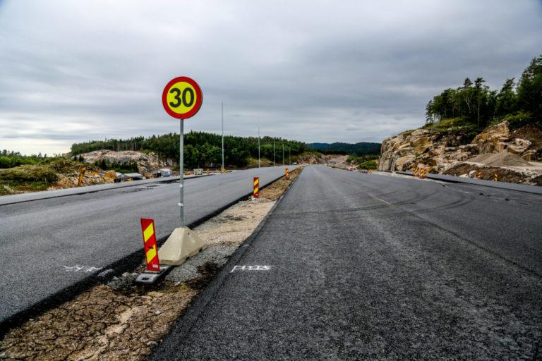 RASKT: Det står 30 km/t nå, men om ikke lenge vil bilene fare forbi her i 110 km/t. (Foto: Runar F. Daler).