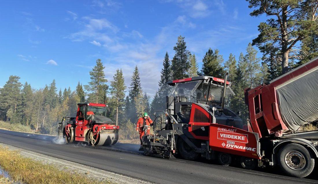 I Norge produseres det årlig rundt 7,5 millioner tonn asfalt, hvorav Veidekke står for om lag tre millioner tonn. Nå vil selskapet kutte 80 prosent av utslippene med en ny miljøasfalt. (Foto: Statens vegvesen).