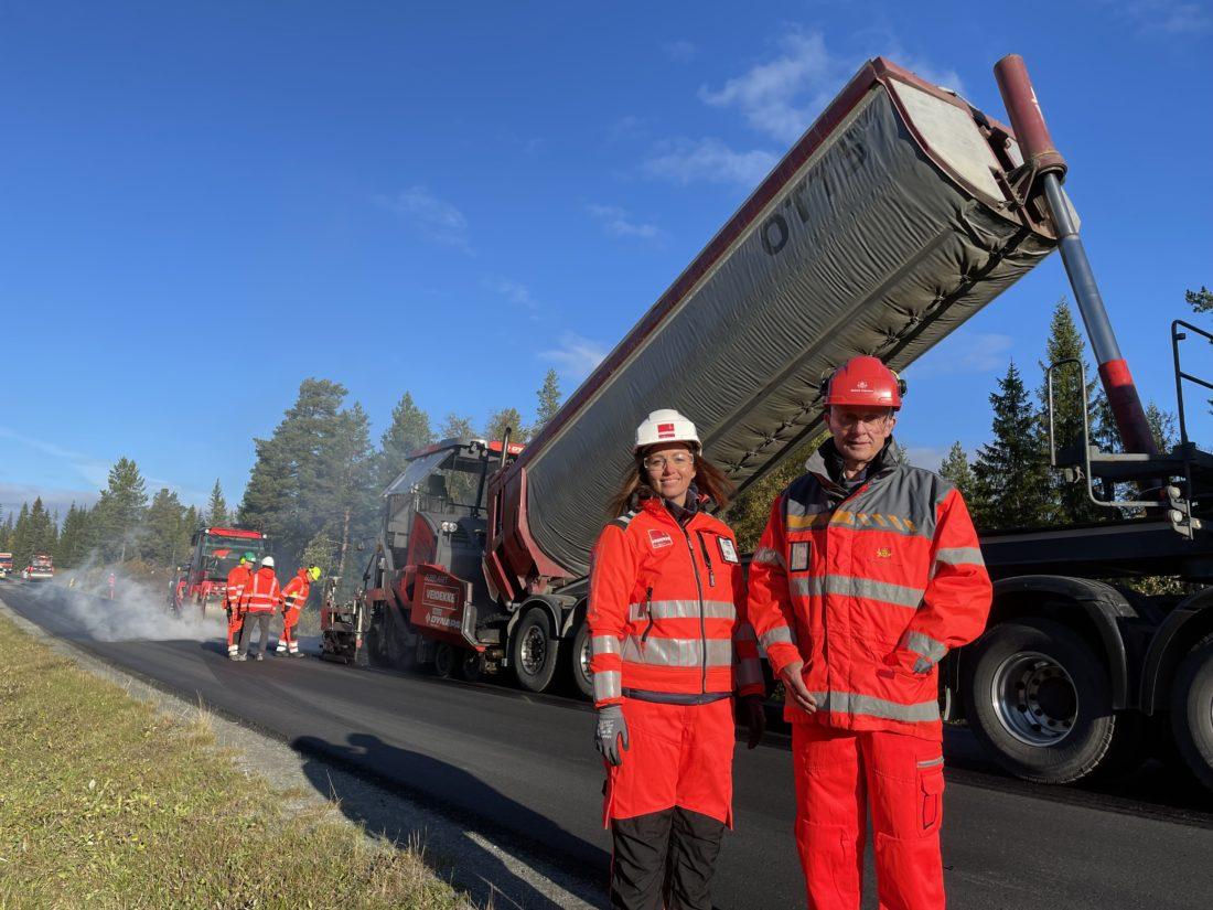 Innovasjonsleder Trine Okstad i Veidekke og fagansvarlig for asfalt Thor Asbjørn Lunaas i Statens vegvesen. (Foto: Statens vegvesen).