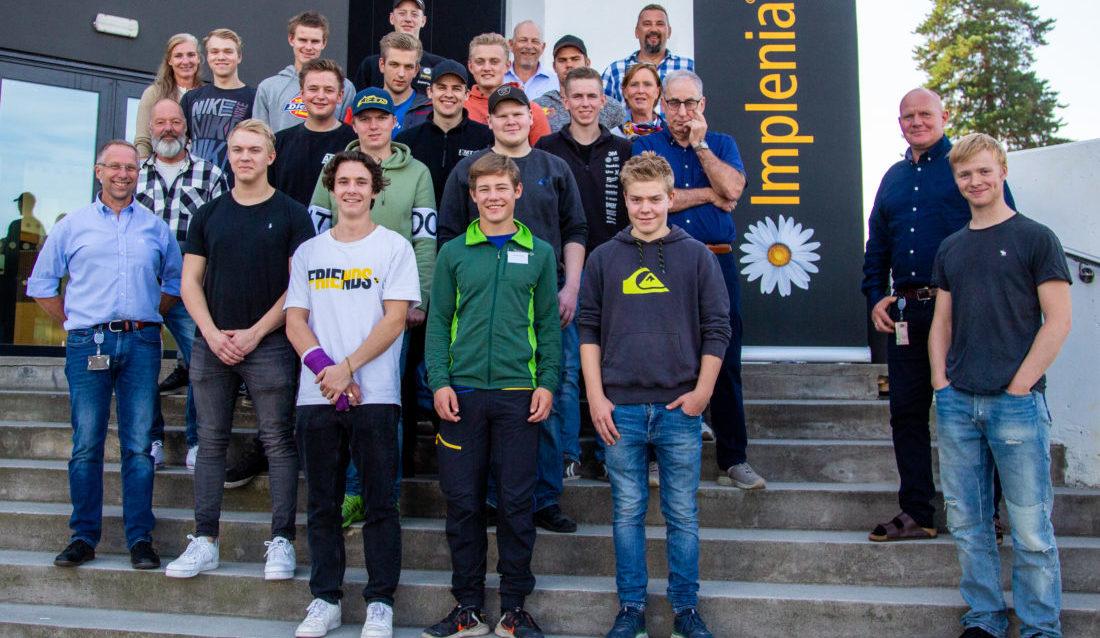 REKORDMANGE: Implenia Norge har nå 26 lærlinger i bedriften, hvorav 13 er helt nye. I september var alle lærlingene samlet ved hovedkontoret på Lysaker. (Foto: Runar F. Daler).